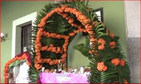 arco-floral-altar-muertos.JPG