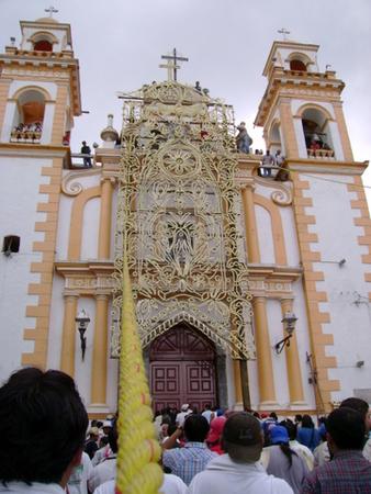 arco_floral_colocado_en_la_iglesia-xico-imagenesdexico.JPG