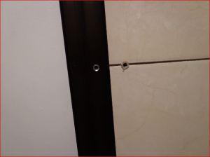 Colocando el riel en el muro, avellanando el orificio.