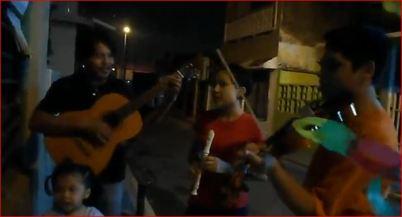 Osmar en el violín, Angel en la flauta, Mía en las maracas, Miguel en la voz y guitarra y Vero cargando la rama y la alcancía de la cooperación