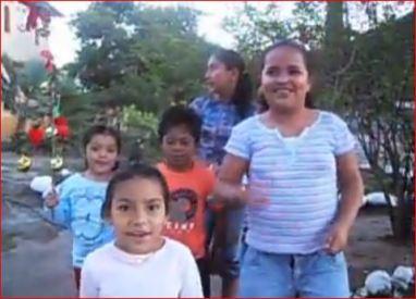 Los niños le cantan a un automovilista, pueden no ser familiares entre sí, el niño canta unos versitos distintos.