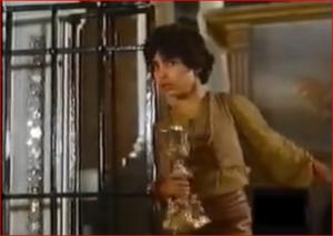 Casimiro roba el cáliz de la iglesia.