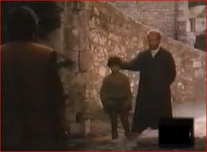 El padre Neri le da un manotazo a Casimiro para alejar a la tentación.