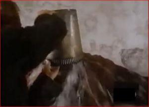 El padre baña con agua bendita al herrero, que es el diablo.