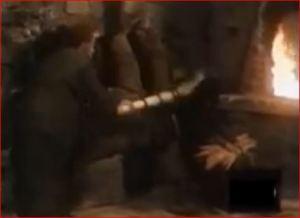 El padre golpea con una escoba a la mujer que entregó a Casimiro.