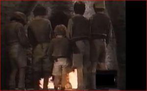 Los niños huérfanos apagan el fuego de la caldera.
