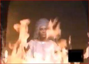 A través del fuego de la caldera se escuchan gemidos y lamentos de las almas.