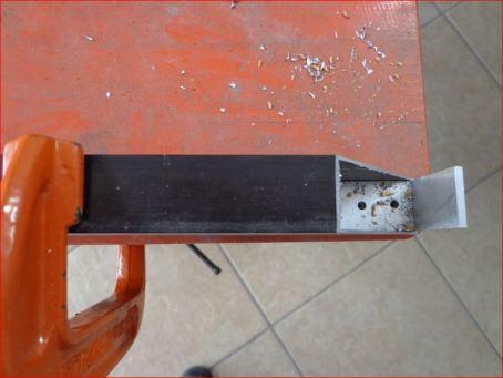 Introduciendo el ángulo en el tubo para perforarlo.