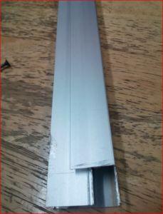 Traslape, va vertical y del lado izquierdo se coloca el cristal. El saque es para que entre el perfil en el canal de la chambrana.